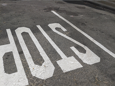 Stop ya pintados sin asfaltar.