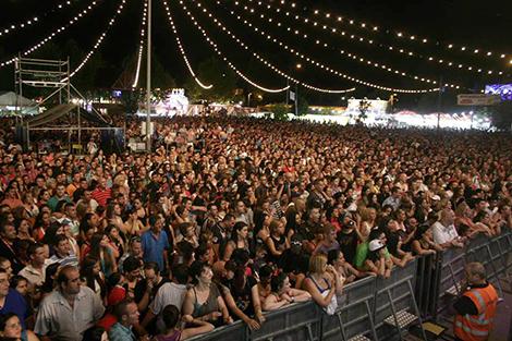 """Más de15000 personas-viendo a """"Los Kome Kome"""""""
