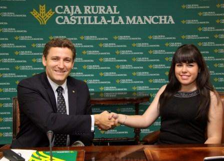 director general de Caja Rural Castilla-La Mancha con Perla Sanz Sánchez, agente financiera de Las Navas del Marqués