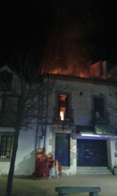 Las llamas devoran la parte superior del edificio.