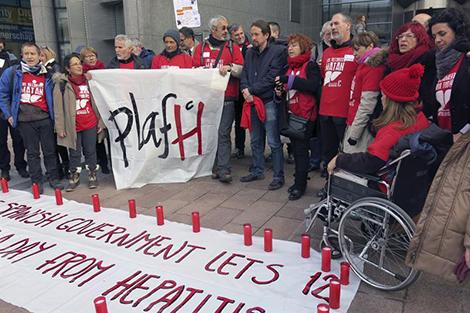 Miembros de la Plataforma de Afectados por la Heaptitis C, Pablo Iglesias, ante la sede del Parlamento Europeo en Bruselas. / imagen: Marina Valero (Efe)