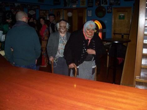 Una imagen simpática de la pasada noche,¿ quien seria esta pareja de ancianitos que se pasearon por los diferentes locales?