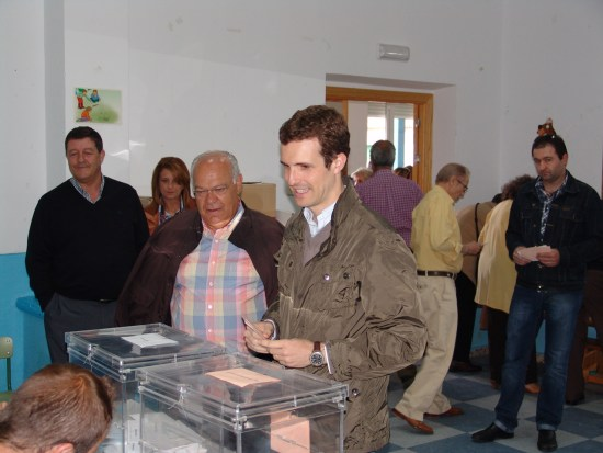 """Pablo Casado ejercía su derecho al voto en su """"amado pueblo"""" acompañado del candidato del PP"""