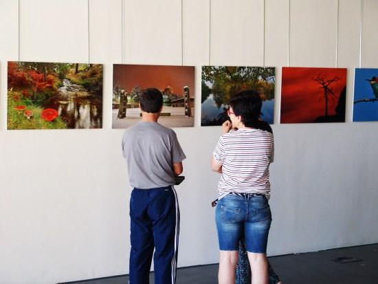 Jesús,(a la izquierda) no duda en explicar e ilustrar a los visitantes de la exposición