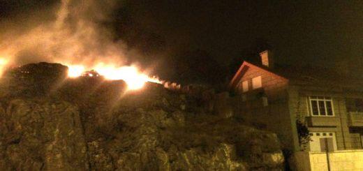 El fuego, cerca de las casas durante la noche en Baíña (Baiona) Praza.gal