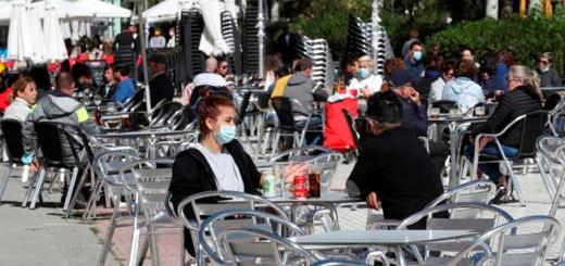 Varios clientes conversan en la terraza de un bar en el madrileño barrio de Aluche. EFE/Kiko Huesca