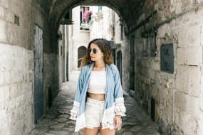 Conversano-Italy_road_trip-Poncho-Levis-Outfit-Isabel_Marant-Collage_Vintage-31-790x527