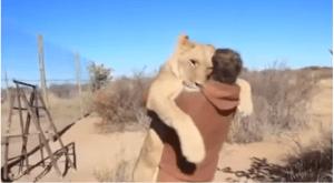 León abraza a un hombre