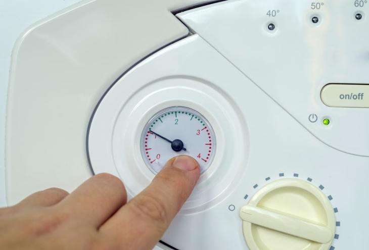 Controlar la presión de la caldera cuando se purga un radiador