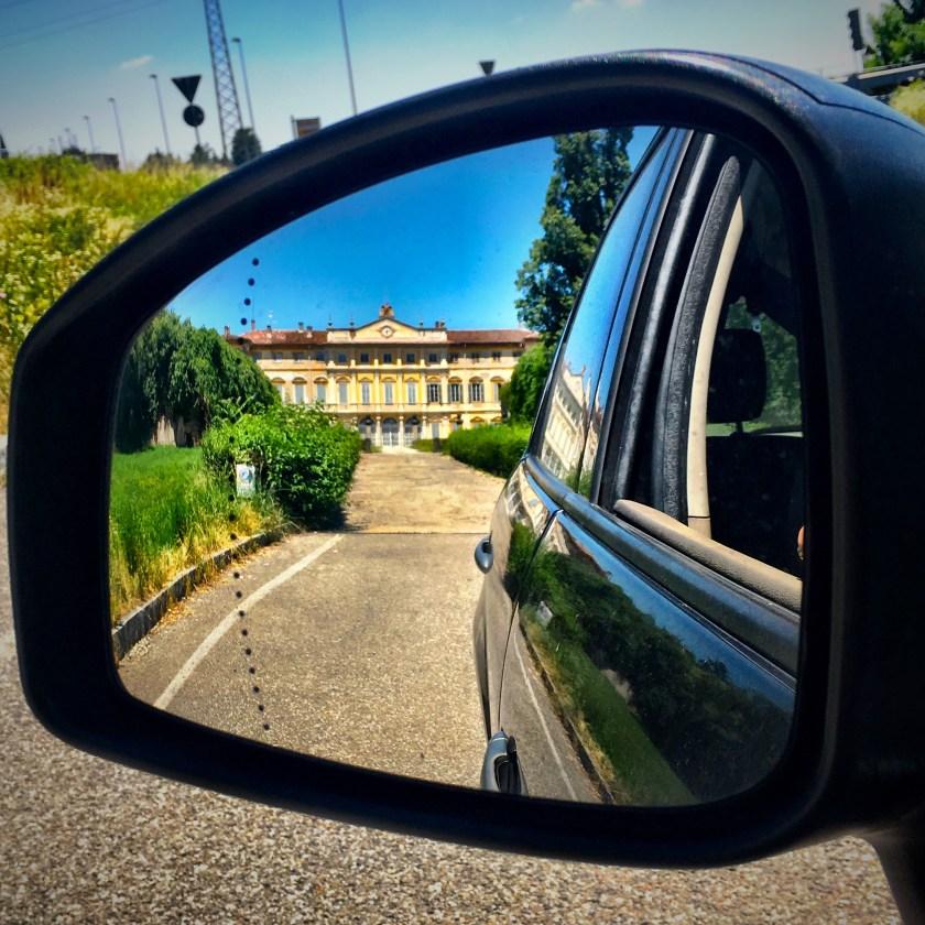 Villa Mapelli Mozzi riflessa nello specchietto