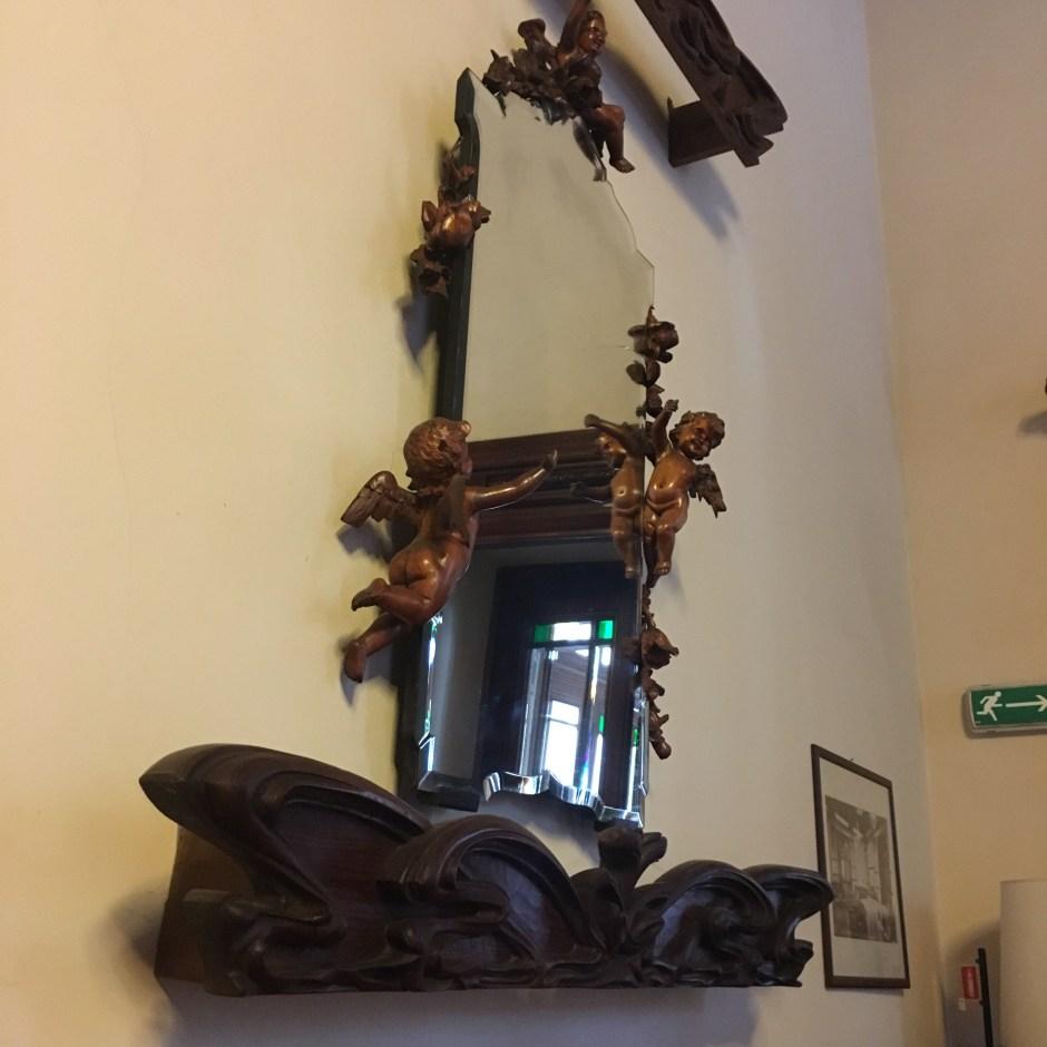 Specchio posto su una parete della Sala della Lettura al pian terreno