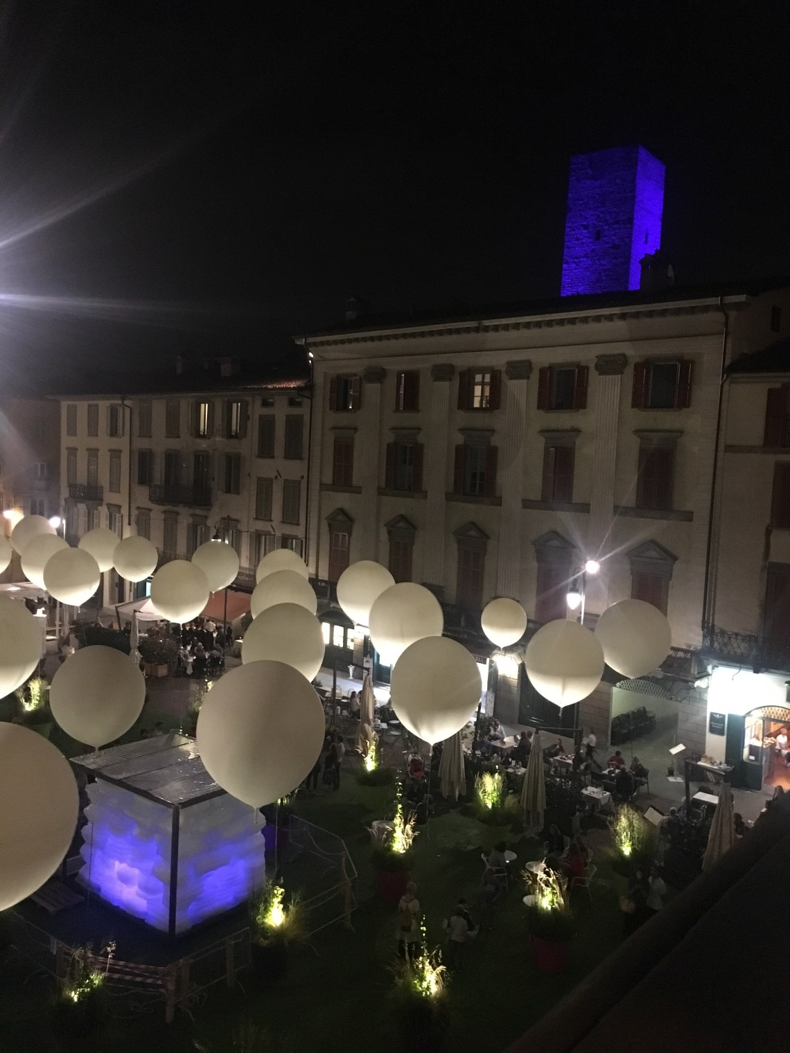 Piazza Vecchia vista di sera, dalla scalinata del Palazzo della Ragione