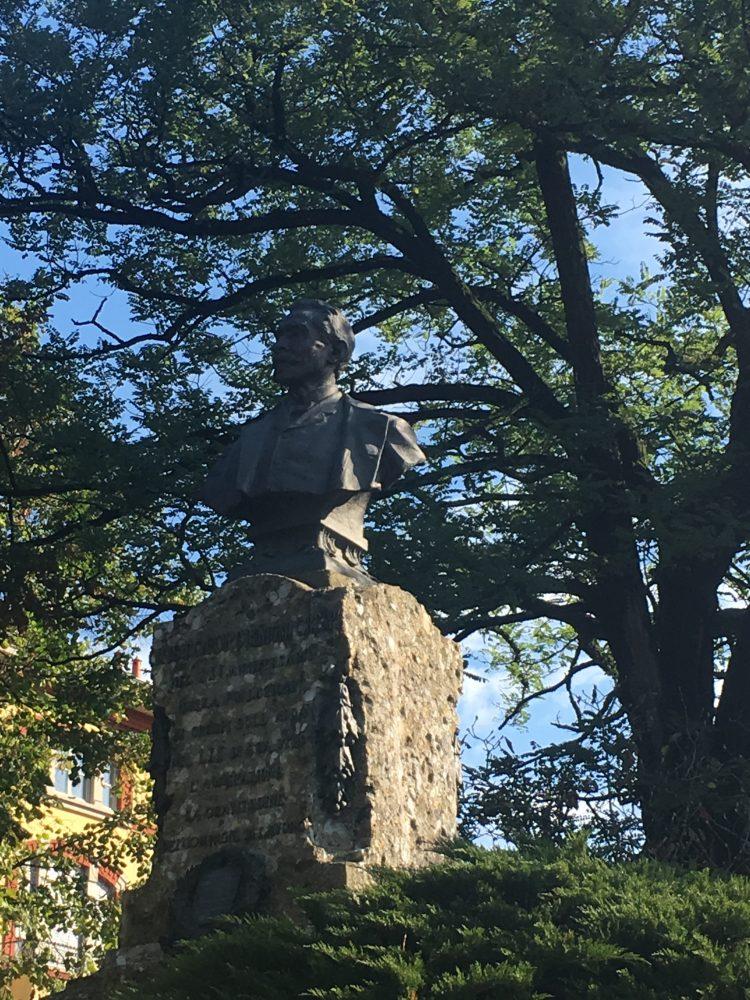 La statua del fondatore di Crespi d'Adda