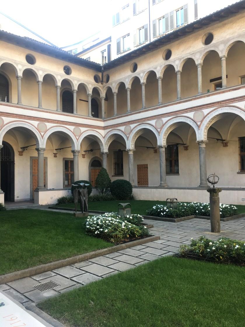 Il chiostro di Santa Marta nel cuore del Centro Piacentiniano di Bergamo
