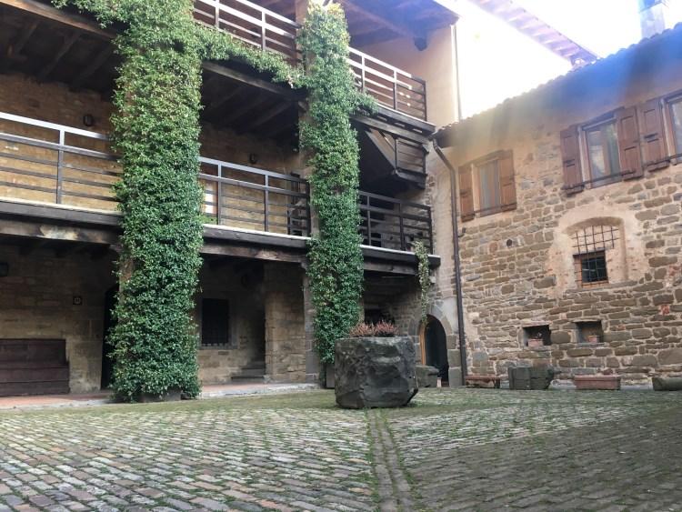Il cortile dell'abbazia di Fontanella