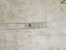 Segno sul muro riferito alla quantità di grano contenuta a magazzino