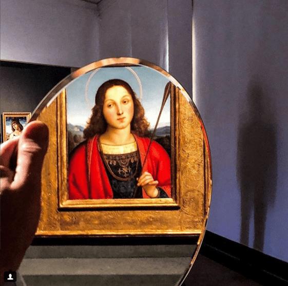 Incontrare l'uomo che fotografa (Bergamo) con lo specchio e che scrive parole che si abbracciano.