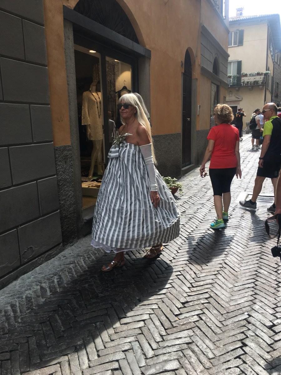 Incrociare Grata Somaré mentre sfila coi suoi Abiti per Gioco lungo la Corsarola