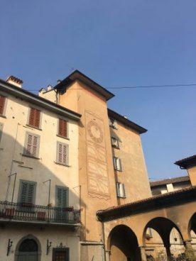 La meridiana e l'ex mercato coperto di Piazza Angelini