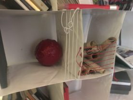 Oggetti rossi nella Libreria di Steven Cavagna