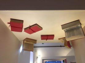 particolare di libri che pendono dal soffitto