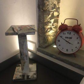 Tavolino Steven Cavagna e sveglia rossa gigante