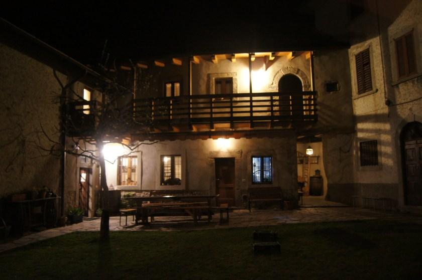 Antica Locanda Roncaglia di sera, vista dal prato