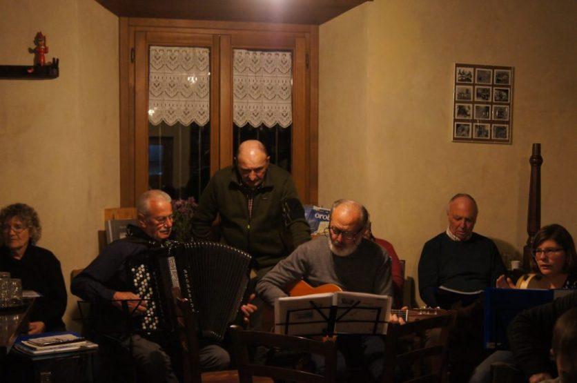 Il gruppo di cantori e musicisti che anima la serata dei Canti in osteria