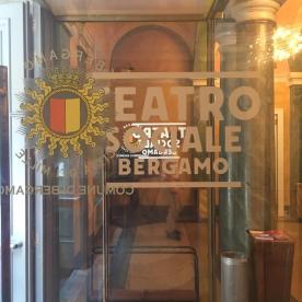 Porta a vetro del Teatro Sociale ingresso in via Colleoni