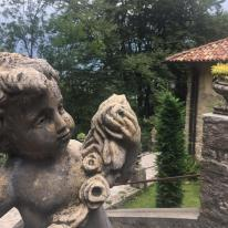 Putto in cemento nel cortile del Santuario del Perello