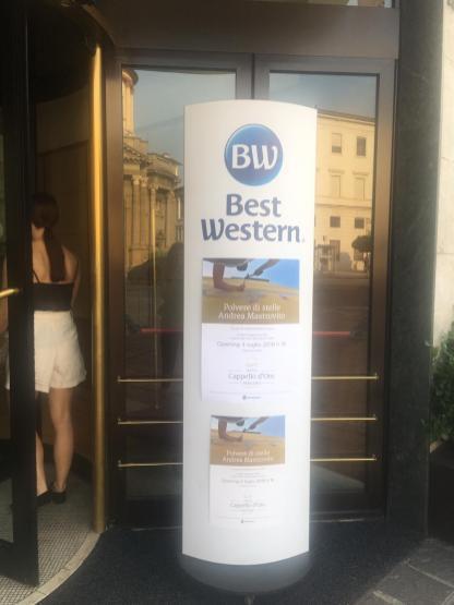 13 L'ingresso del Cappello d'Oro in occasione della presentazione al pubblico di Polvere di Stelle di Mastrovito