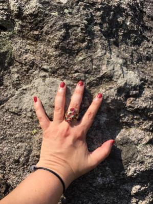La mia mano sul masso di Verrucano Lombardo