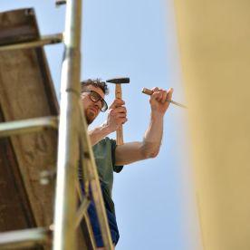 fasi di realizzazione dell'opera Polvere di Stelle sul muro