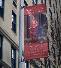 Il confalone della mostra del Moroni a New York visto in esterno