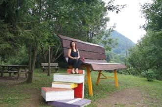 Raffi Garofalo seduta sulla panchina gigante
