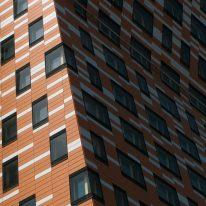 edificio a righe bicolore a Madrid