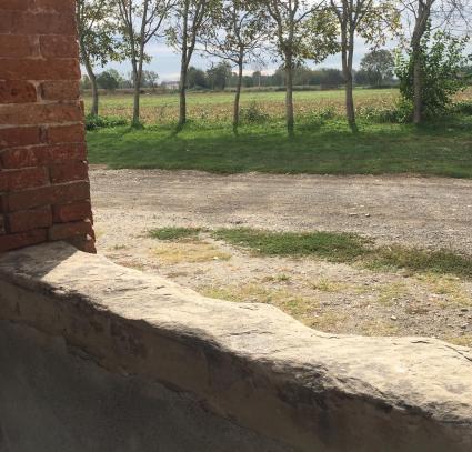 Muretto di destra che delimita il portico della Madonna dei Campi