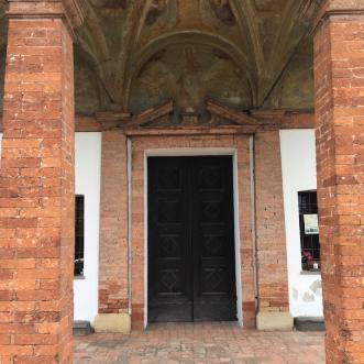 portale d'ingresso e timpano della Madonna dei Campi di Calvenzano