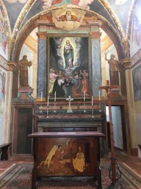 presbiterio con porte e pala