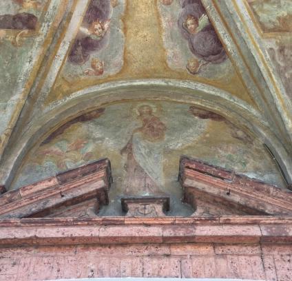Immagine della Madonna nella lunetta sopra l'ingresso