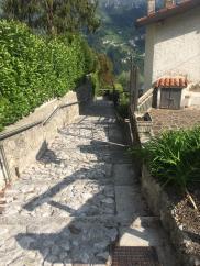 Il percorso pedonale che conduce alle Grotte del Sogno