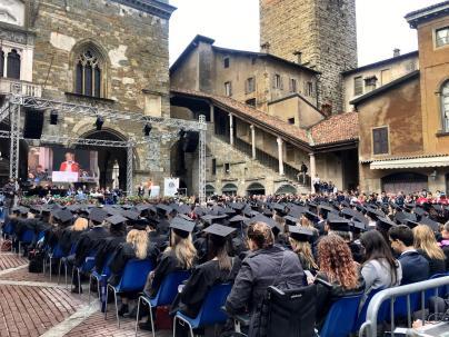 Graduation day in Piazza Vecchia orizzontale