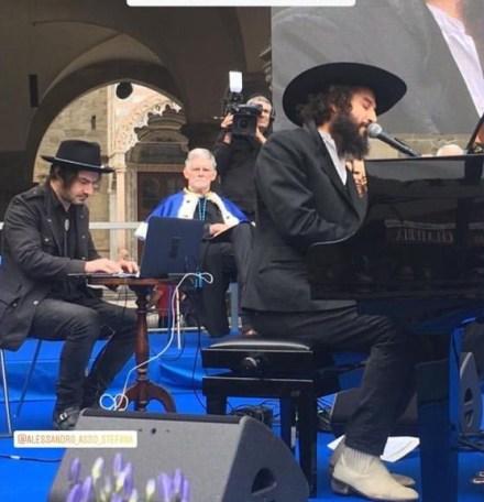 Vinicio Capossela canta Una giornata perfetta in Piazza Vecchia