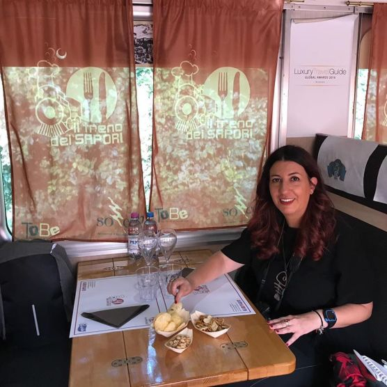 Raffi-sul-Treno-dei-Sapori-durante-laperitivo
