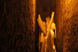 Angeli del Silence Teatro di Lovere attraversano un vicolo
