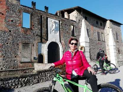 Raffi Garofalo davanti al Castello di Cavernago