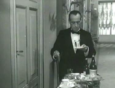 Totò nel film L'Imperatore di Capri porta un carrello con Acqua S.Pellegrino