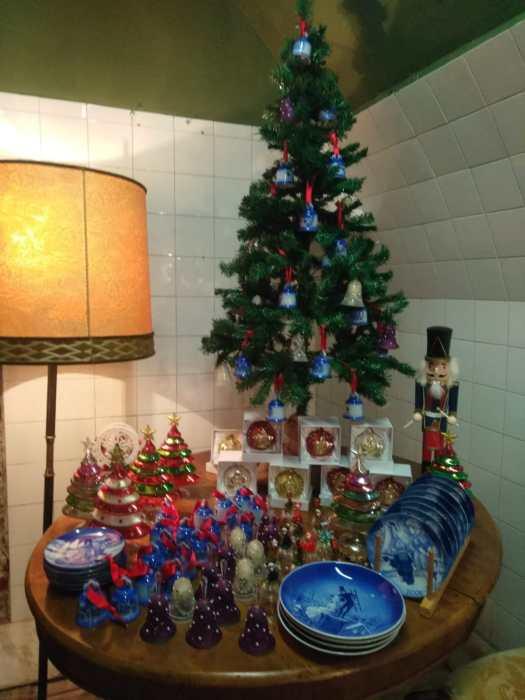 Tavolino con Oggetti di Natale