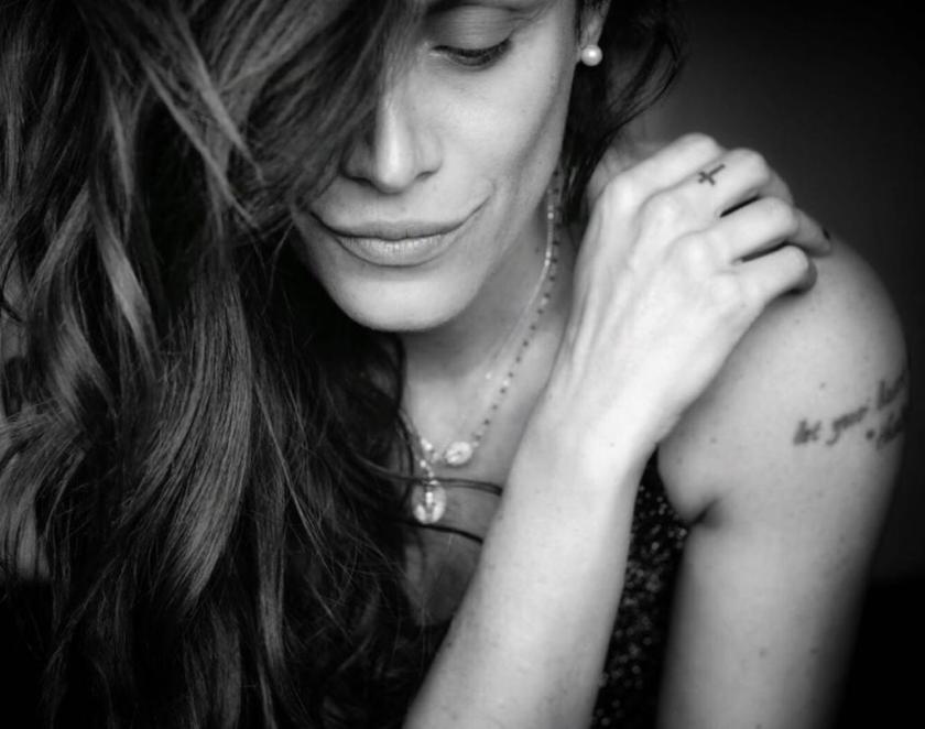 Lisa Martignetti in posa con la mano sulla spalla
