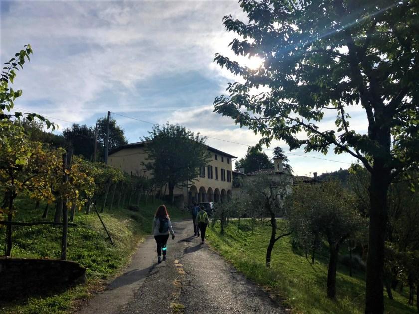 Cammino del Vescovado con persone sulla via